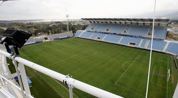 Une pelouse synthétique au stade Armand-Cesari